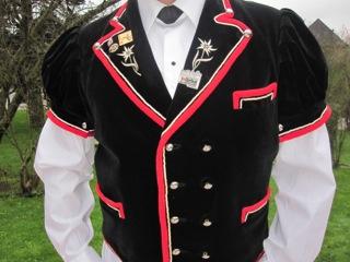 Unter den Männertrachten ist der Berner Mutz, eine schwarze, kurzärmlige bestickte Samtjacke die bekannteste Tracht.